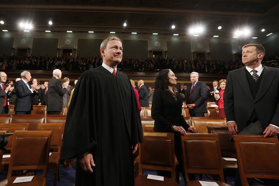 美國首席大法官羅伯茨(John Roberts)上月參加了兒子所在中學的畢業典禮,並發表畢業致詞,引發網絡廣傳。(Larry Downing-Pool/Getty Images)