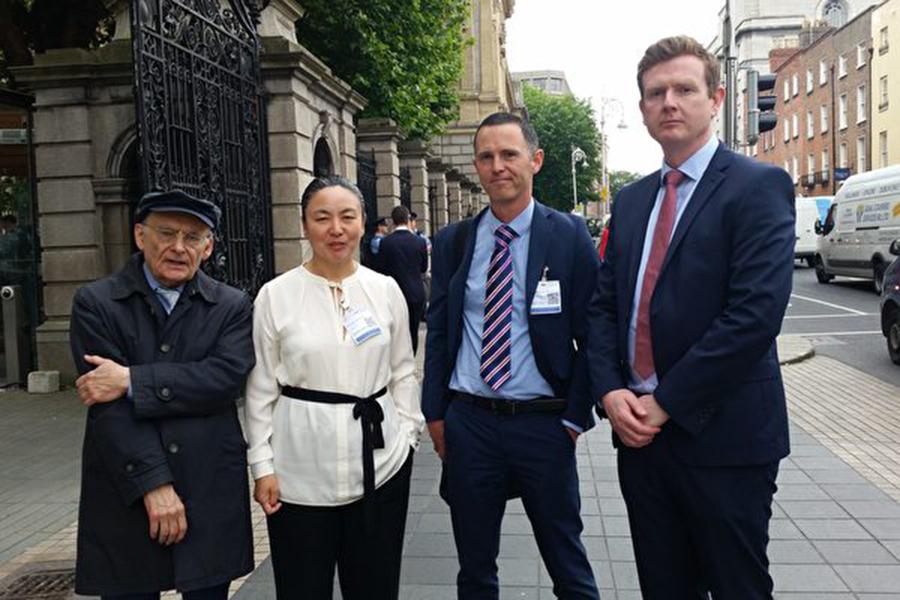 7月6日上午,愛爾蘭議會「外交事務、貿易和國防聯合委員會」舉辦「中共活摘法輪功學員器官」發布會。人權律師大衛•麥塔斯(David Matas)(左一),愛爾蘭法輪大法學會代表戴女士(左二)、愛爾蘭外科醫生詹姆斯•麥克戴德(右二)和愛爾蘭腎移植專家康納爾•奧捨(Conall O' Seaghdha)(右一)等人參加了此次發布會。(李凌雲/大紀元)