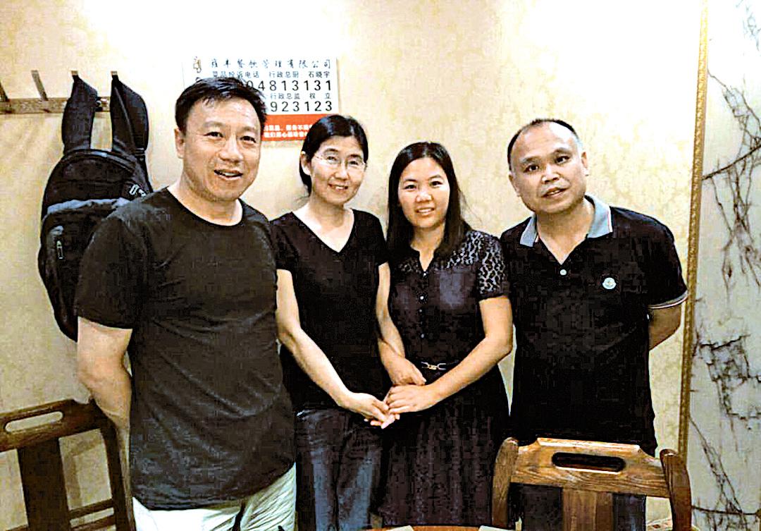 為紀念「709案」兩周年,維權律師余文生(右一)和妻子許艷(右二)一同去看望王宇(左二)、包龍軍(左一)一家人。(知情人提供)
