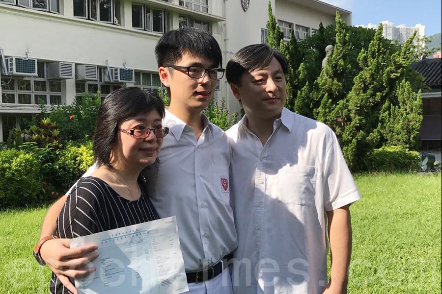 皇仁書院狀元蔡維澤與同為教師的父母。(王文君/大紀元)