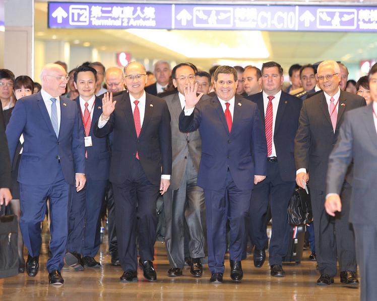 祝中華民國與巴拉圭建交60周年,巴拉圭共和國總統卡提斯(Horacio Cartes)(前右二)11日下午搭機抵台,外交部長李大維(前左二)親自前往接機。(中央社)