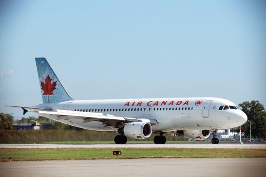 加拿大航空(Air Canada)一架客機7月7日在三藩市國際機場降落時,幾乎誤降在滑行道,差點與4架客機相撞。圖為加拿大航空一架A320客機示意圖。(加拿大航空)