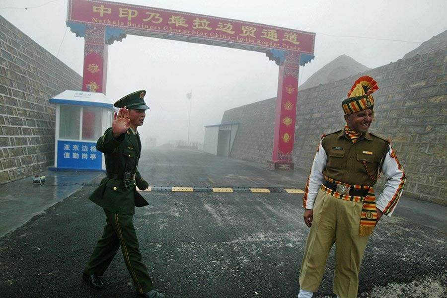 圖為中印邊境的乃堆拉邊貿通道。(DIPTENDU DUTTA/AFP/Getty Images)