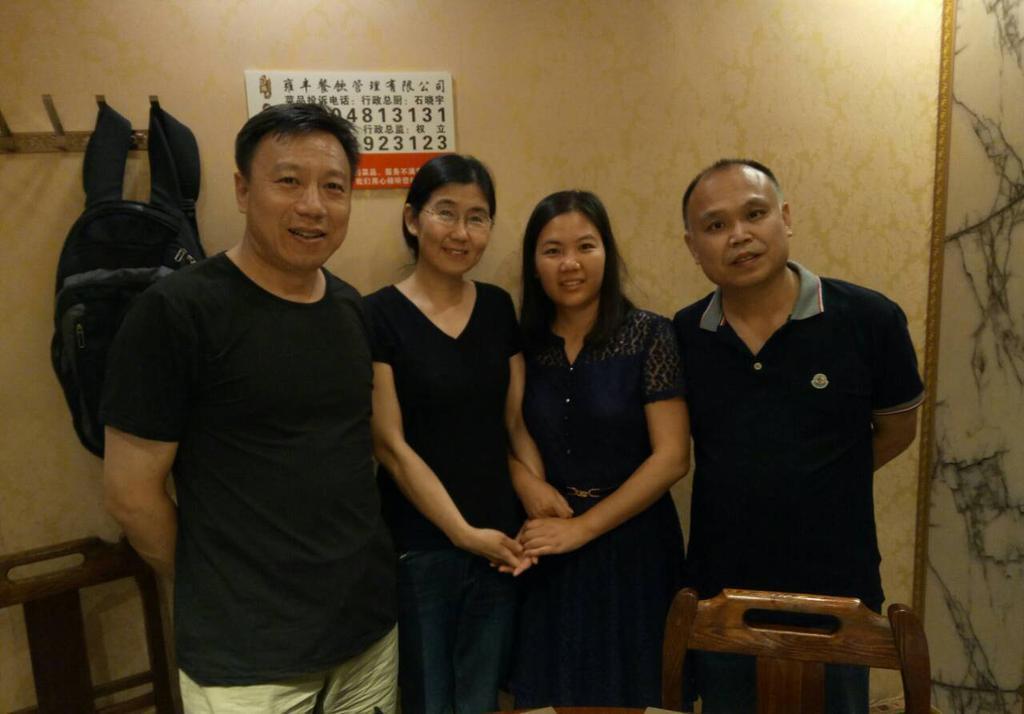 為紀念「709案」兩周年,維權律師余文生(右)和妻子許艷一同去看望王宇、包龍軍(左)一家人。(知情人提供)