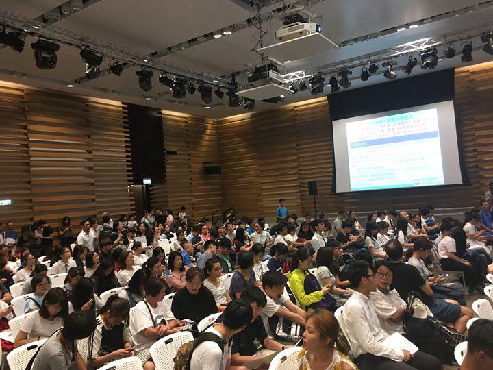 恒管校長何順文表示,今年報名人潮較早出現,排隊人數比預期多。校方預計一些較熱門的科目一、兩日內就會取錄到足夠學生。(恒管facebook)