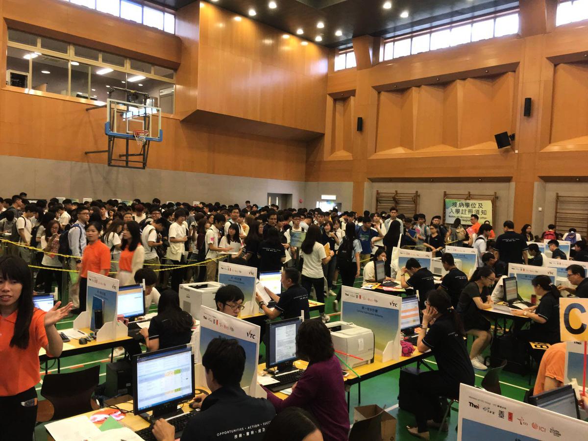 昨日VTC統一收生中心擠滿查詢和報名的考生,全港10間院校昨日早上10時至11時,有2萬人次報名。(VTC facebook)