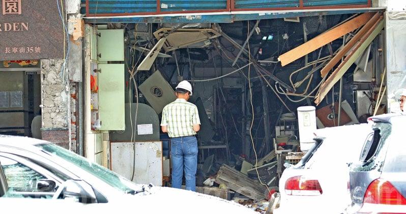 土瓜灣一間食肆昨日發生懷疑氣體爆炸,爆炸後食肆損毀嚴重,玻璃、木塊等碎片和磚頭散落一地。(李逸/大紀元)