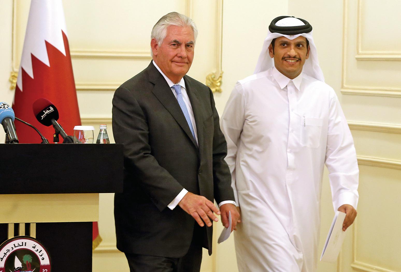 蒂勒森(左)和卡塔爾外長(右)11日宣布簽署合作備忘錄,共同打擊恐怖主義。(AFP)