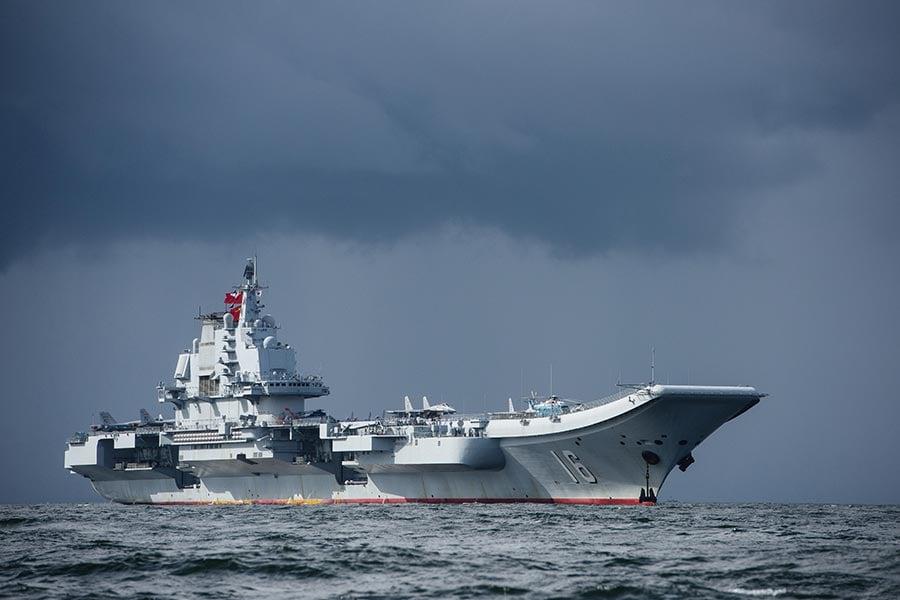中共軍委於2月發佈的一份內部文件顯示,軍改的意圖希望增加境外的軍事擴張,軍力試圖超越美國。圖為中共遼寧號航母。(ANTHONY WALLACE/AFP/Getty Images)