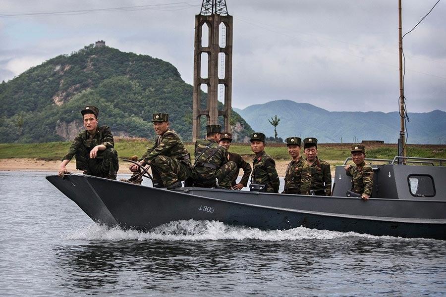 在過去的年代,一名北韓叛逃者需要突破地雷和炮火組成的封鎖線,越過分割南北韓的非軍事區,投奔自由。這種風險是巨大的,不知道有多少人死於逃離壓迫性政權的嘗試。(Kevin Frayer/Getty Images)