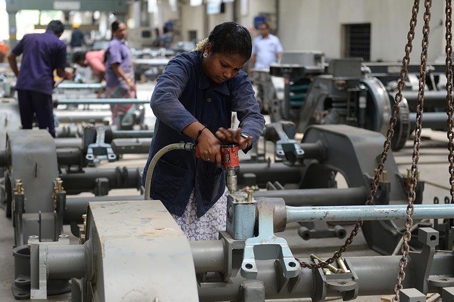 圖為一名印度女工在一間印度鐵路列車廠房生產線上工作。(ARUN SANKAR/AFP/Getty Images)