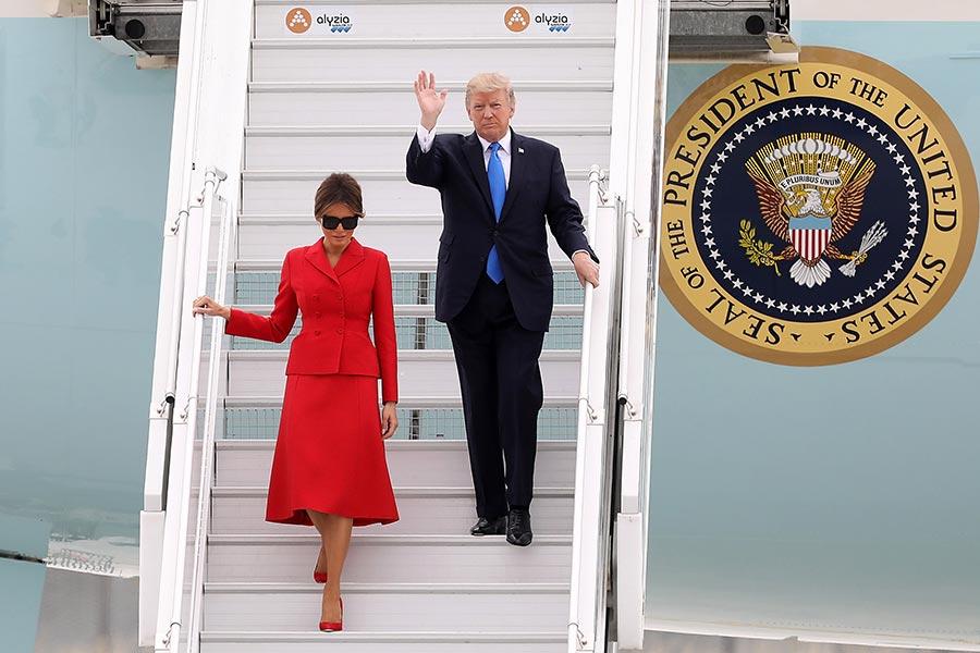 美國總統特朗普與夫人梅拉尼婭在當地時間7月13日上午抵達法國巴黎,準備展開訪問。(Pierre Suu/Getty Images)