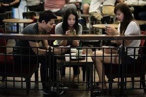 忽略身邊人 低頭滑手機傷人際關係