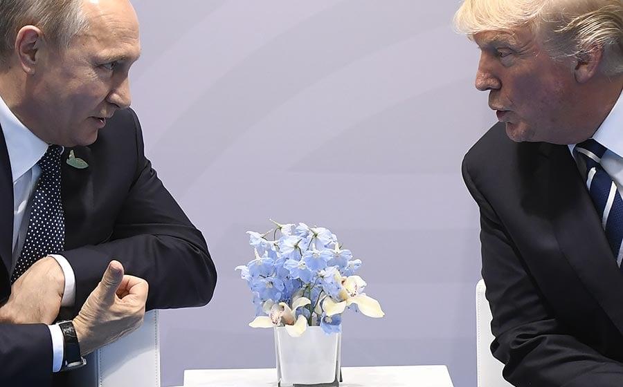 周五(7月7日),美國總統特朗普與俄羅斯總統普京在德國漢堡舉行的G20峰會上首次會面,此次會談備受國際關注。(SAUL LOEB/AFP/Getty Images)