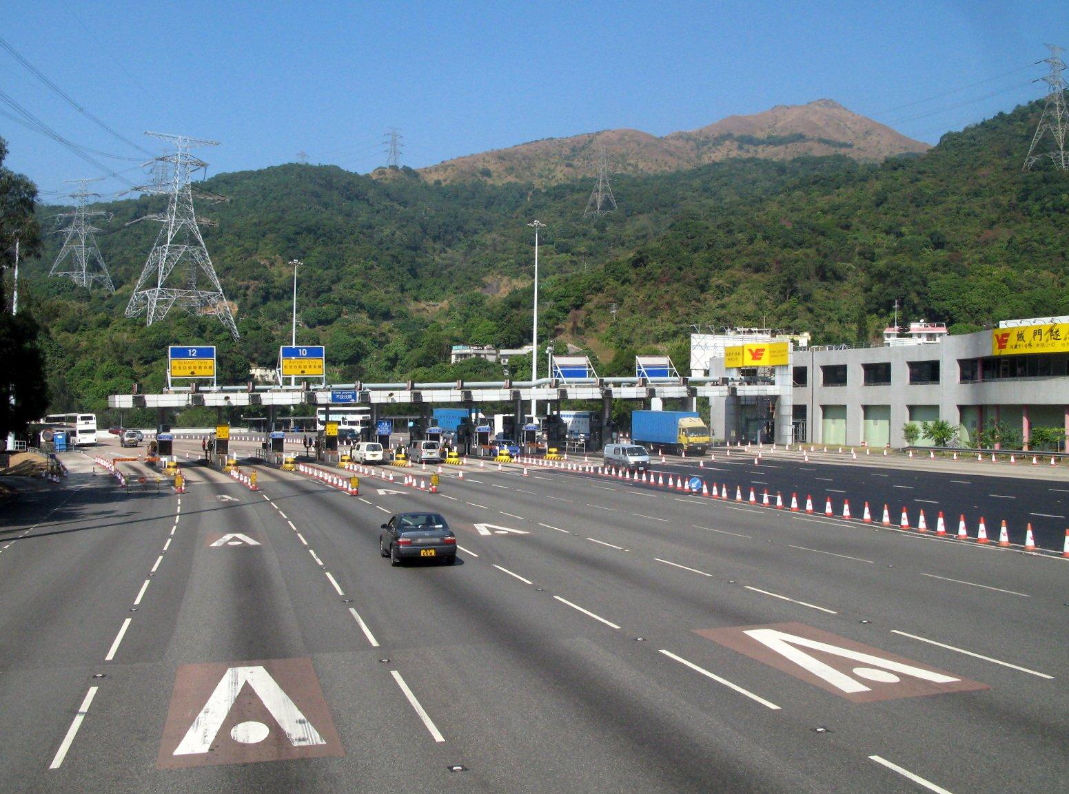 下周日(23日),城門隧道將開始實施「停車拍卡」式電子繳費,駕駛者可使用八達通及三款信用卡拍卡繳付隧道費,預料將節省一半人手找續所需的時間。(Wikimedia Commons/WiNG)