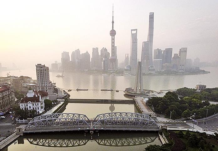陸媒披露,陸家嘴國際信託董事長常宏正接受調查。圖為上海陸家嘴金融區。(Getty Images)