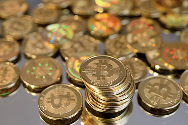 虛擬貨幣乙太幣(Ethereum)6月13日曾創下400美元天價,但近日卻跌破200美元大關,充份體現虛擬貨幣短期暴漲暴跌的炒作特性。圖為電子虛擬貨幣比特幣。(George Frey/Getty Images)