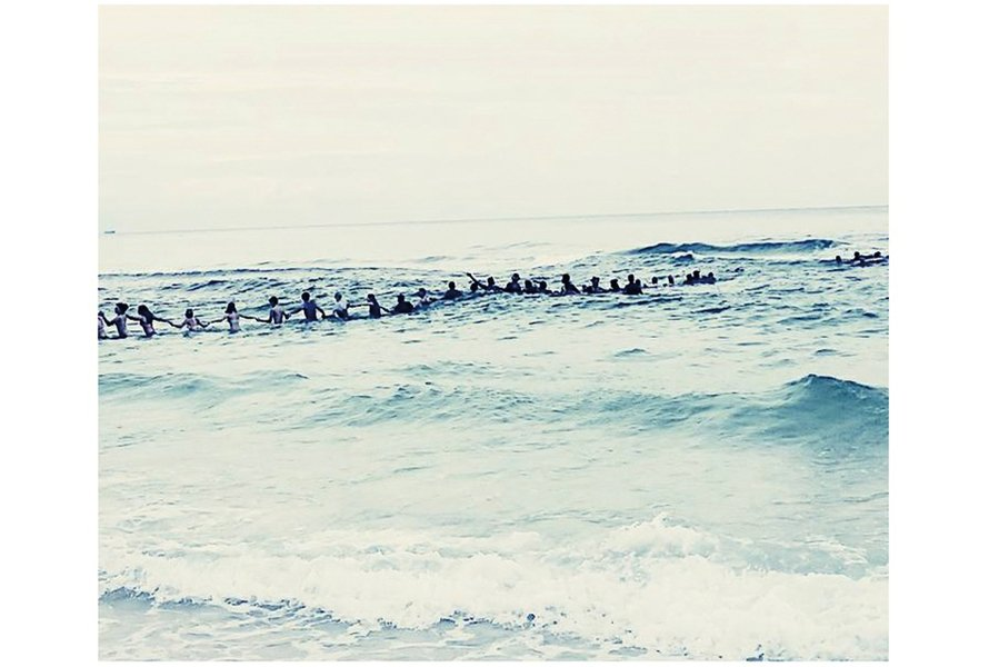 場面超壯觀 美佛州80人組海上人牆救9人