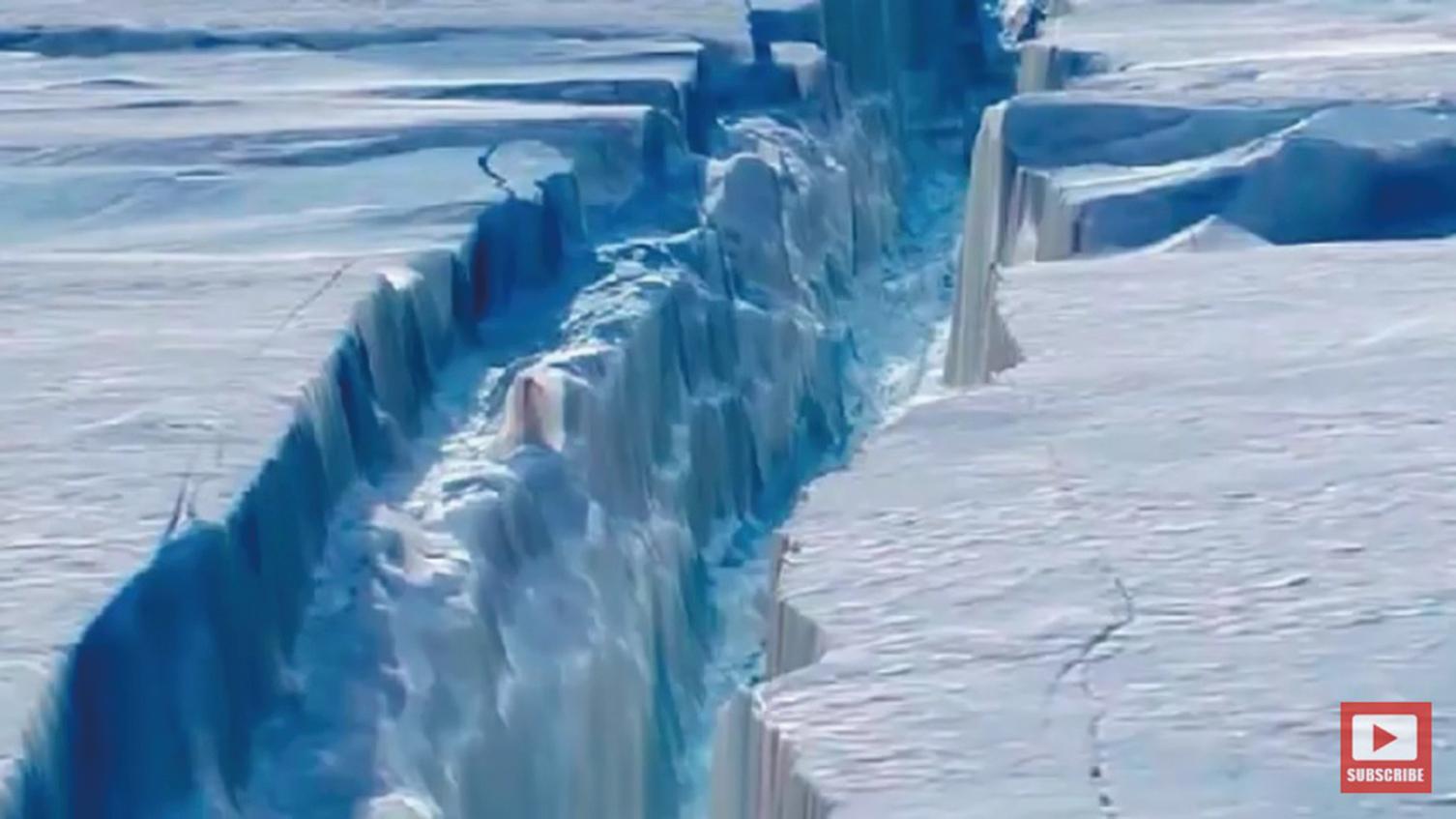 正在崩離南極的史上最大冰山之一。(YouTube影片截圖)