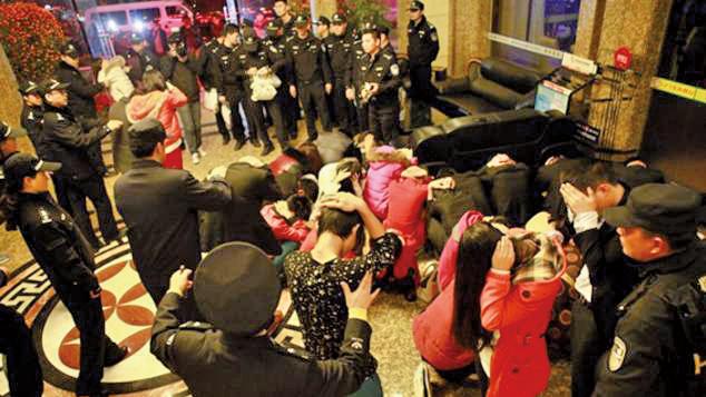 拜金主義和黃賭毒是江澤民治國的精神鴉片。圖為2014年大陸公安清查涉嫌提供色情服務的娛樂場所。(網絡圖片)