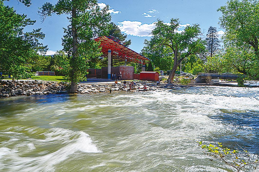洶湧的特拉基河(Truckee River)從雷諾市中心流過。(李旭生/大紀元)