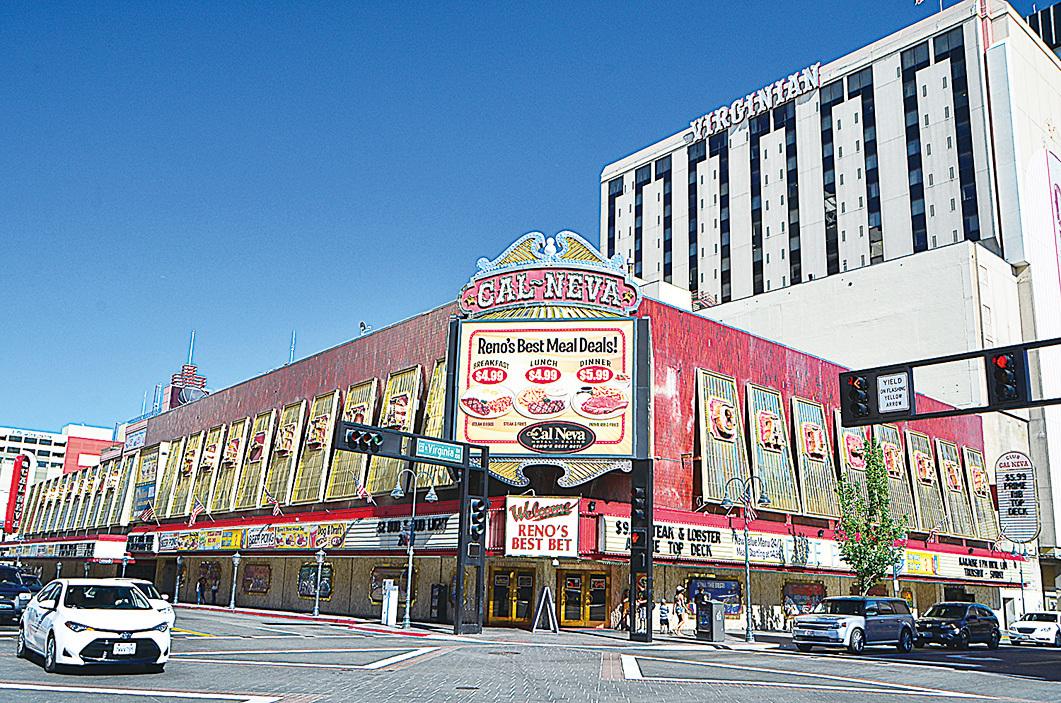 位於雷諾市中心的老牌賭場Cal Neva和已經倒閉的Virginian賭場。(李旭生/大紀元)