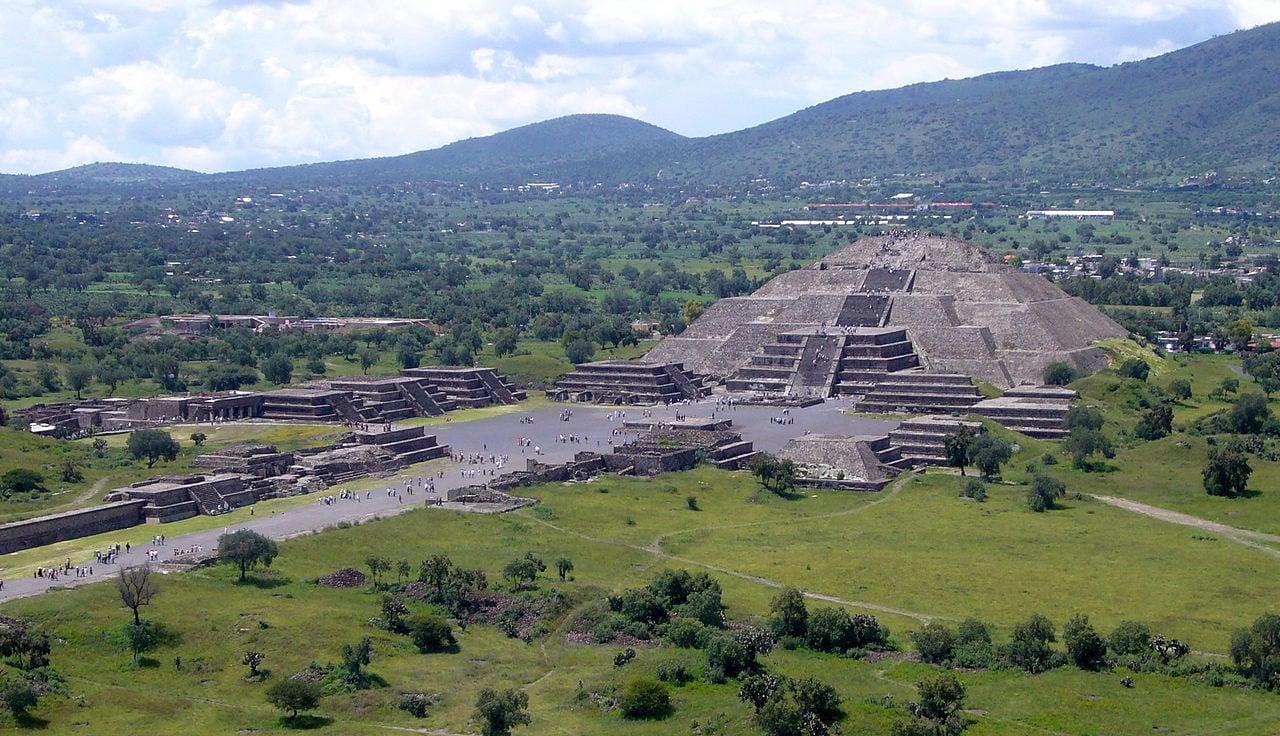 墨西哥考古學家在該國月亮金字塔底下發現一條隧道,據信是代表通往地獄的通道。圖為月亮金字塔。(維基百科)