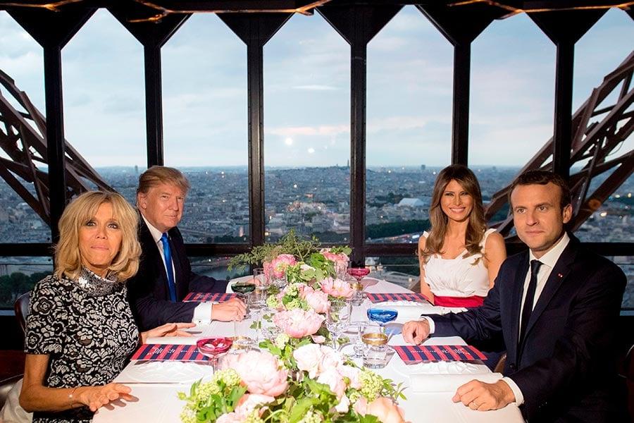 法國總統夫婦在艾菲爾鐵塔上招待特朗普夫婦。(SAUL LOEB/AFP/Getty Images)