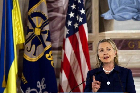 7月12日,某黑客組織稱有電郵證明烏克蘭鋼鐵大亨基金會援助克林頓基金會,希望克林頓表達支持烏克蘭。圖為2010年希拉莉作為美國務卿訪烏克蘭。(Drew Angerer/AFP/Getty Images)