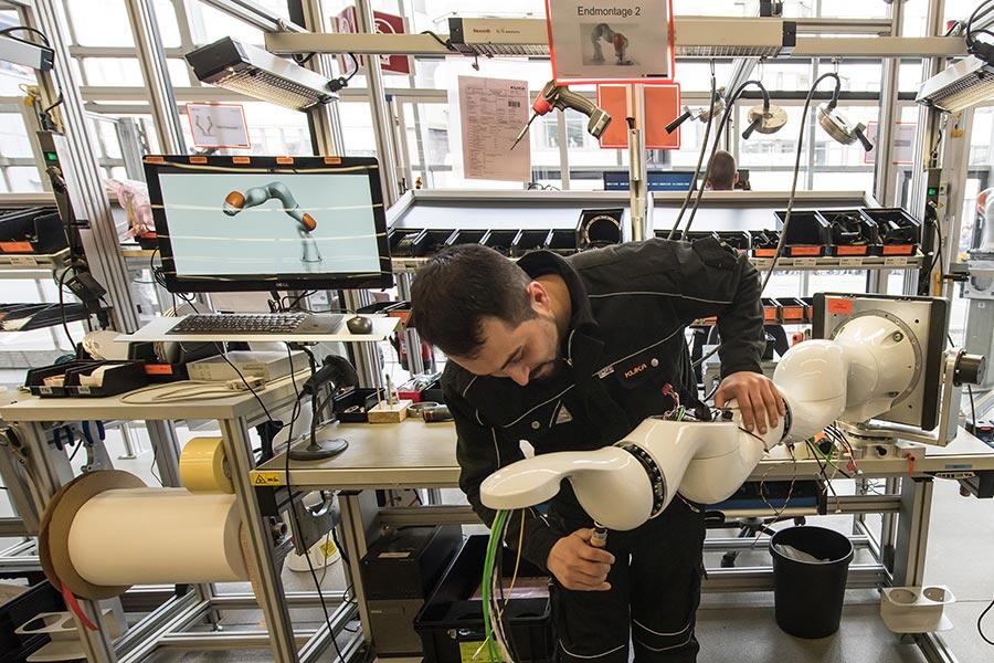 德國工業機器人製造商庫卡被中國美的集團收購。圖為庫卡位於德國奧格斯堡的一家工廠。(Joerg Koch/Getty Images)