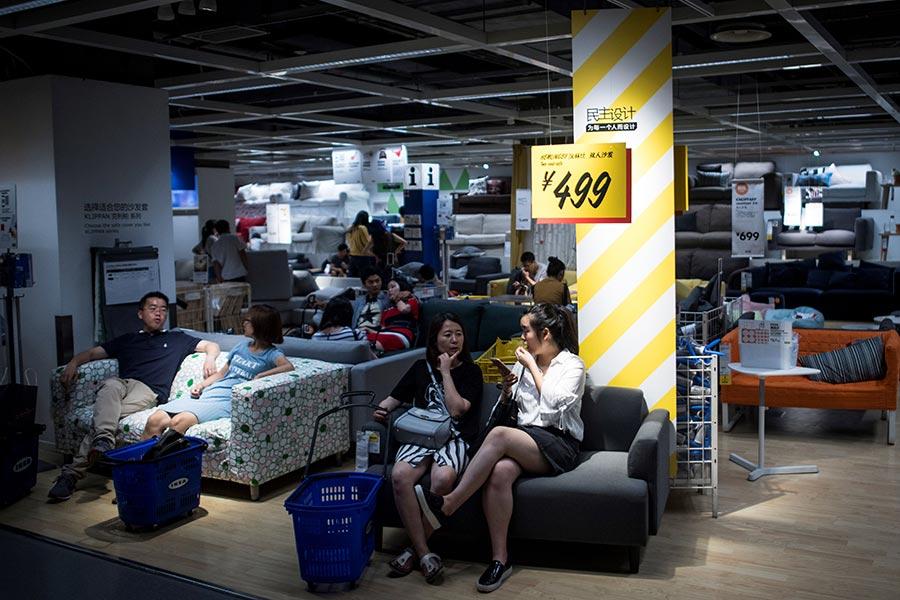 圖為7月5日,上海居民到市中心的Ikea商店來避暑。當天溫度36.2攝氏度。(JOHANNES EISELE/AFP/Getty Images)