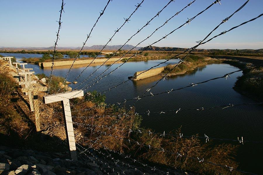 北韓現任獨裁者金正恩為了阻止民眾脫北,不惜剝奪居民用電,在中朝邊境豎起一道高壓電網。圖為中朝邊境的鐵絲網。(Cancan Chu/Getty Images)