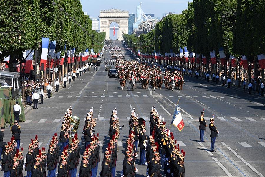 7月14日上午10點開始,法國國慶閱兵遊行在香榭麗舍大道隆重登場,今年的主題是「1917-2017:一百年的技術」,美國總統特朗普受邀作為嘉賓參加閱兵觀禮。(ALAIN JOCARD/AFP/Getty Images)