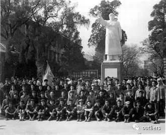 二校門原址上修建的一個毛澤東雕像。(網絡圖片)