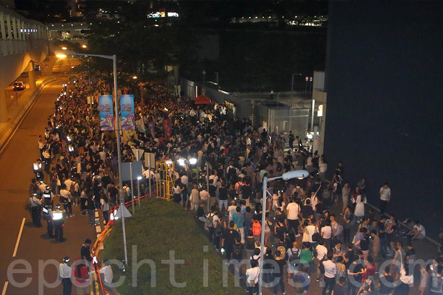 民主派晚上8時在公民廣場舉行「香港人反DQ集會」,抗議政府政治迫害,捍衛立法會,繼續民主路。(蔡雯文/大紀元)