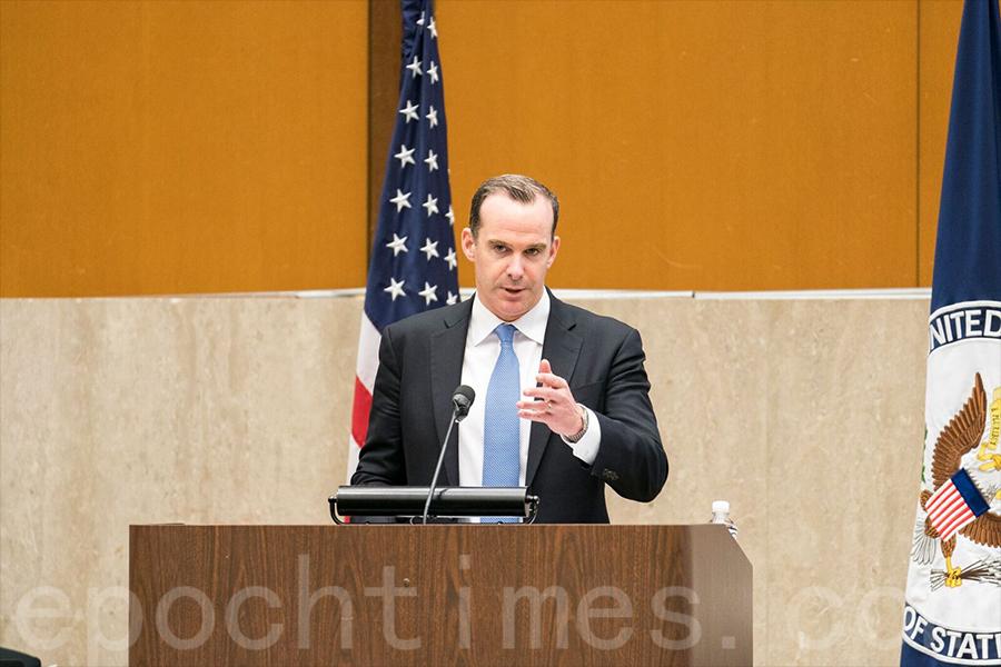 美國總統特使麥吉爾克(Brett McGurk)表示國際社會已經開始對伊拉克的援助重心放在人道主義援助和戰後恢復上。(石青雲/大紀元)