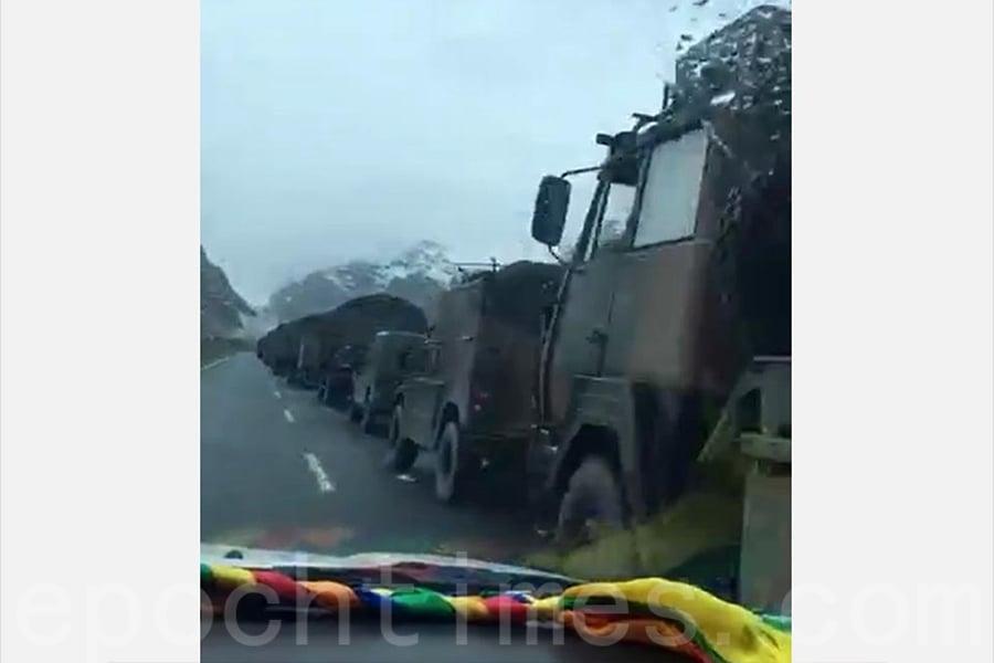 中印邊境持續對峙已近一個月,中方近日有大量軍車馳援邊境。(視像擷圖)