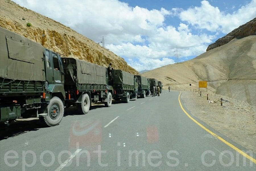 圖為中共軍方在七月份調動大量軍車與坦克車隊馳援中印邊境,與印軍對峙。(視像擷圖)