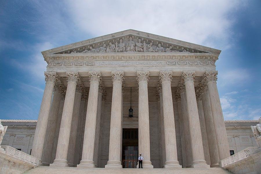 夏威夷一名聯邦法官周四裁決,容許美國居民在六個移民禁令國家的更多親屬入境美國。周五,司法部上訴到最高法院,要求審理這項裁決。(JIM WATSON/AFP/Getty Images)