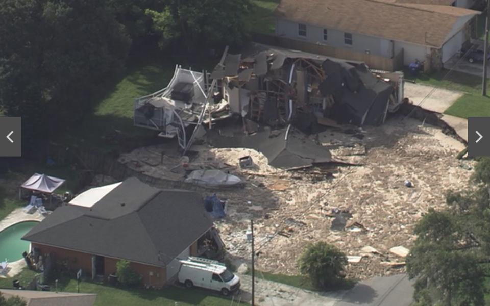 美國佛羅里達州周五上午再現天坑,目前已知一間房屋被吞噬,另一間房屋岌岌可危,當地警方於當天上午緊急疏散十戶居民。(ABC新聞視像擷圖)