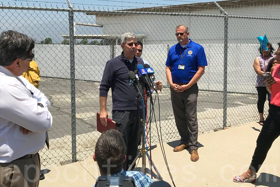 空中安全調查員瓊斯(Patrick Jones)在向媒體介紹事故概況。(劉菲/大紀元)