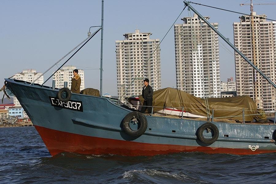 一名脫北者透露自中國大陸將現金送往北韓的管道,通常有二個,其一是將幾袋現金,交給自中國大連市出發的貨船船長,由其送到北韓的南浦港。(LIU JIN/AFP/Getty Images)