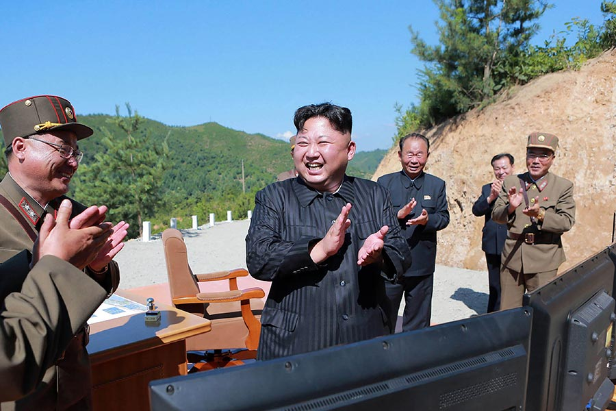 圖為7月4日,北韓領導人金正恩觀看了導彈試射的過程。(STR/AFP/Getty Images)