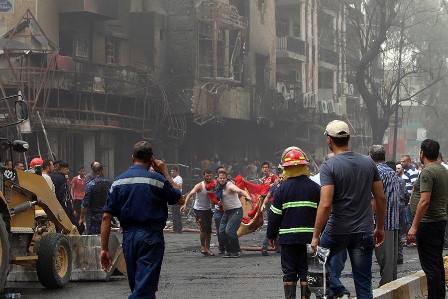 2016年全球所發生的最致命恐怖襲擊是巴格達襲擊。當年7月3日,巴格達南部卡拉達區一處繁忙的購物區,一名IS自殺炸彈客引爆一輛載有炸藥的貨車,造成382人死亡,另有200人受傷。(SABAH ARAR/AFP/Getty Images)
