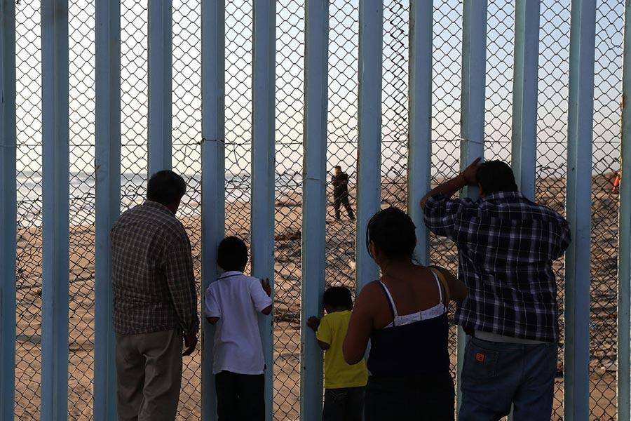 目前美墨邊境已有約650英里的透視柵欄。它是在布殊總統期間耗資大約70億美元建造的。(Justin Sullivan/Getty Images)