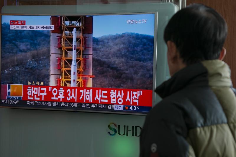 北韓獨裁者金正恩正在向俄羅斯輸送大量貧困的該國公民去賺錢,以滿足其政權迫切需要的資金,並支持其核武器發展野的心。圖為韓國電視臺播放的北韓發射遠程導彈畫面。(Getty Images)