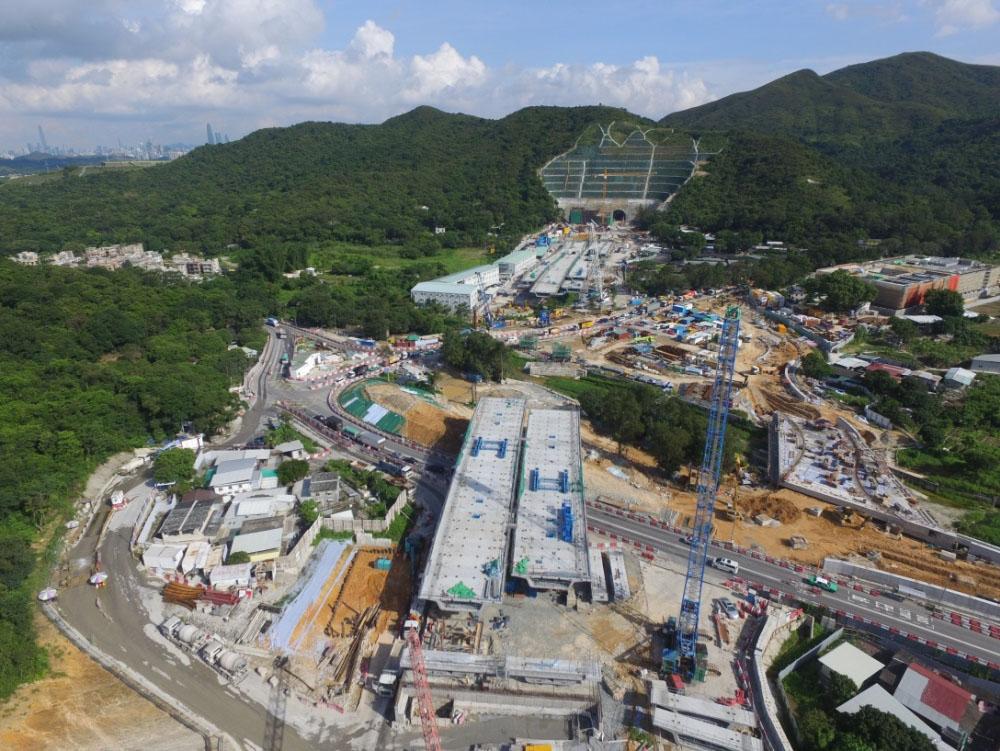 蓮塘/香園圍口岸之間的連接路高架橋A工程及長山隧道南端入口。(發展局)