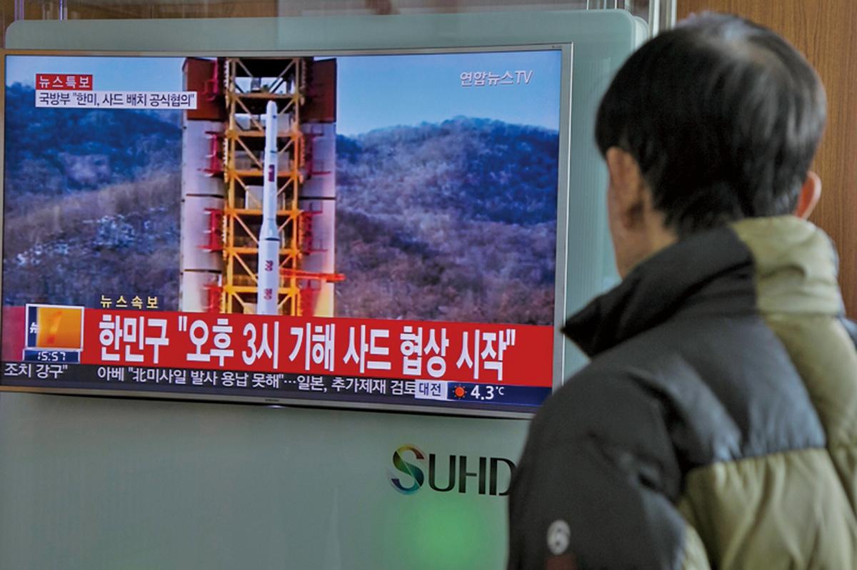 北韓獨裁者金正恩正在向俄羅斯輸送大量貧困的該國公民去賺錢,以支持其核武器發展的野心。圖為南韓電視台播放的北韓發射遠程導彈畫面。(Getty Images)。