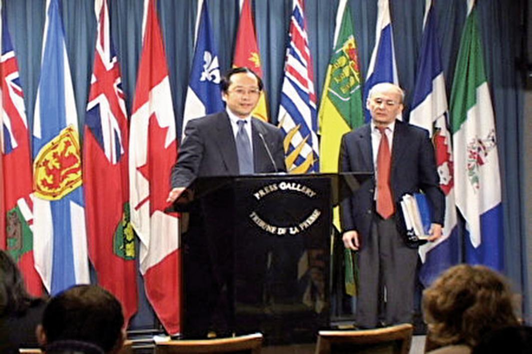 加國大法輪大法學會會長李迅(左)與律師麥塔斯在加拿大國會內的新聞發佈會上。(大紀元)