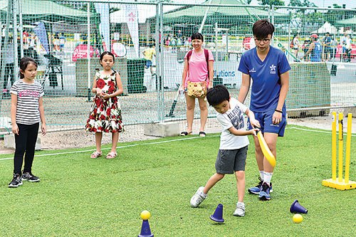 雖然下雨,但是昨日仍有不少市民帶同小朋友參加青年體育節,玩得不亦樂乎。(郭威利/大紀元)